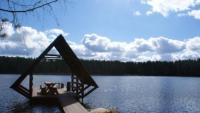 Беседка для небольшой компании на озере